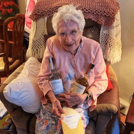 Fã de 101 anos do The Rock mostra garrafas de tequila e cartão que recebeu de presente do artista - Reprodução