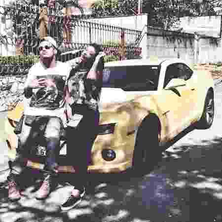 Pocah posa com amigo na frente do seu Chevrolet Camaro - Reprodução - Reprodução