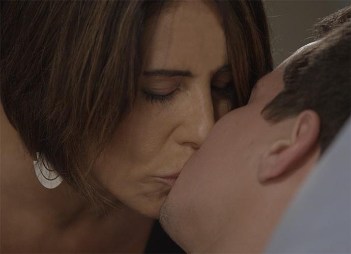 Beatriz e Diogo se beijam no quarto do hospital onde ele está internado