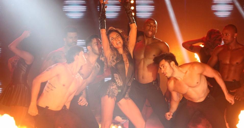 """10.dez.2015  - Com collant e dançarinos, Patrícia Abravanel se transforma em Beyoncé no """"Máquina da Fama"""""""
