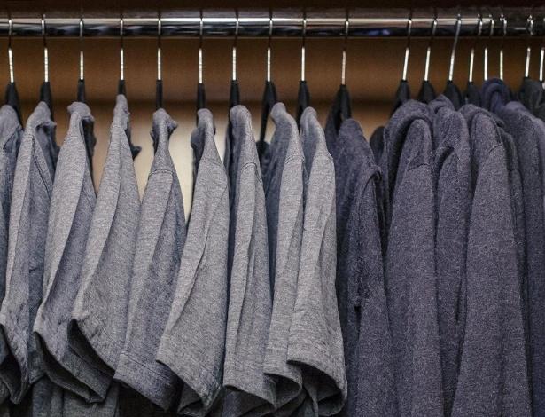 Mark Zuckerberg faz piada com os únicos dois tipos de peça em seu armário: camisetas e moletons - Reprodução/Facebook/Mark Zuckerberg