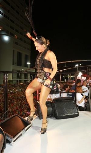 5.fev.2015 - Claudia Leitte comanda o bloco Cocobambu em Salvador com o tema Las Vegas
