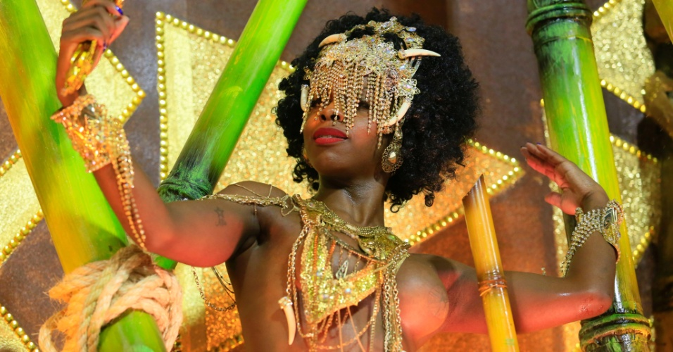 9.fev.2016 - Musa de carro abre-alas da Mangueira que destacou as divindades do camdonblé