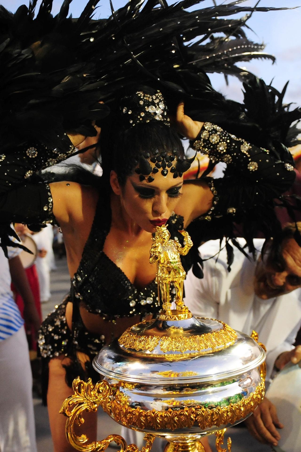 13.fev.2016 - Madrinha de bateria da Império de Casa Verde, Lívia Andrade beija troféu da escola, campeã do Carnaval 2016 de São Paulo