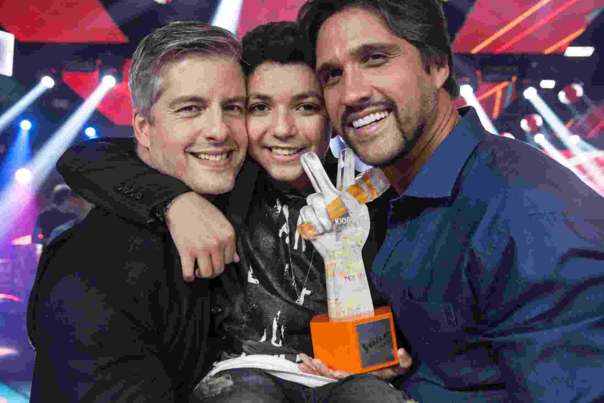 """Wagner Barreto, vencedor do """"The Voice Kids"""", com os técnicos Victor e Leo - Pedro Curi/TV Globo"""