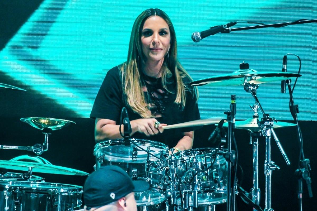 18.nov.2016 - Ivete também deu uma palinha na bateria durante a gravação do DVD Acústico dos Raimundos