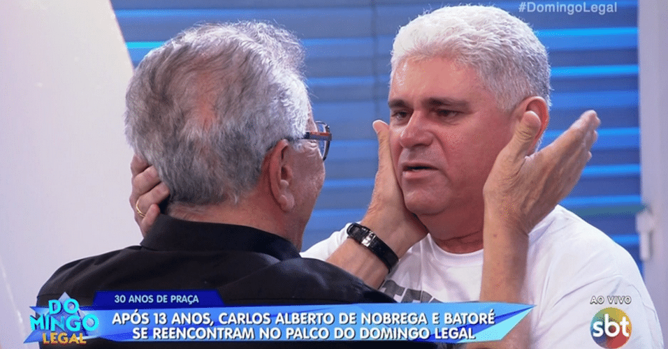 "Carlos Alberto de Nóbrega e Ivann Gomes, intérprete do personagem Batoré, se reencontraram após 13 anos, no palco do ""Domingo Legal"", do SBT, neste domingo (5)"