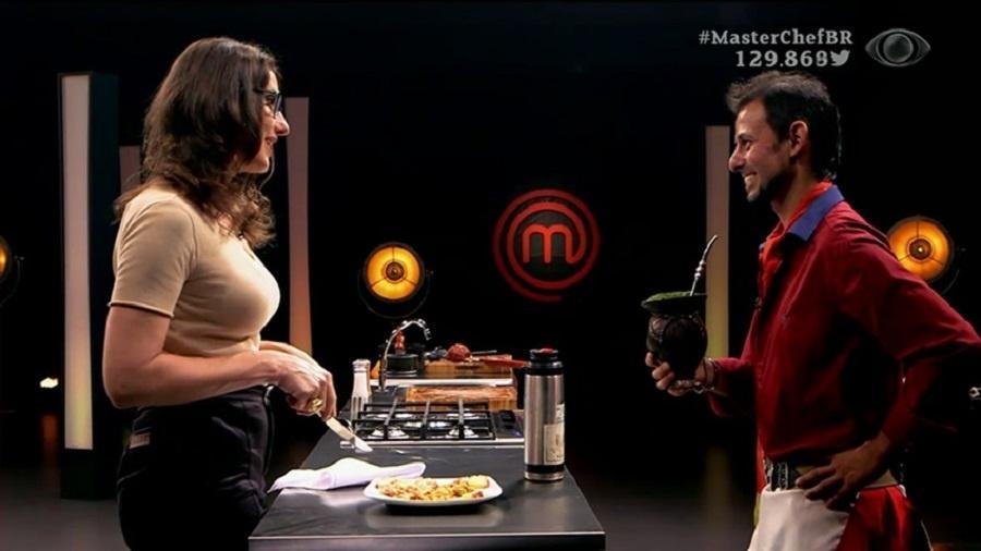 """Paola Carosella prova prato do locutor Paulo Ricardo Carneiro Amaral na estreia da quarta edição do """"MasterChef"""" - Reprodução/Band"""