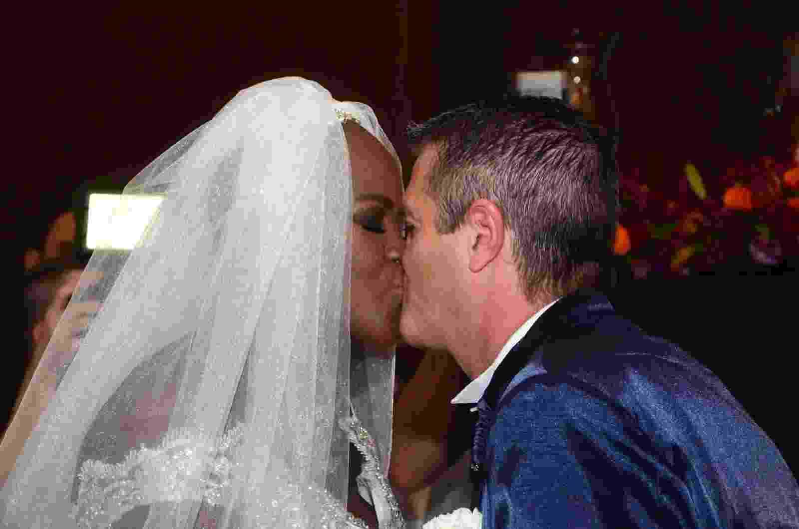 Ex-BBB Angélica Ramos beija o noivo, o empresário francês Laurent Mougeot, durante cerimônia de casamento avaliada em R$ 200 mil - Eduardo Martins/AgNews