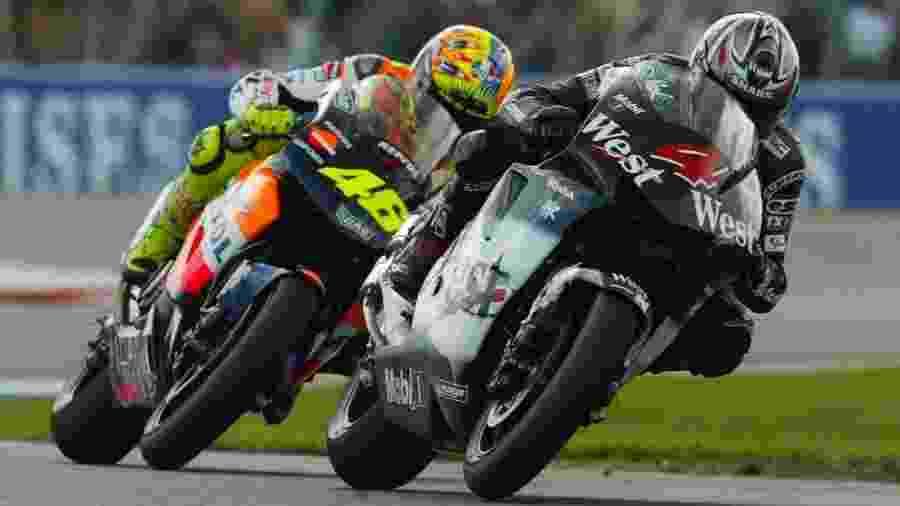 Alexandre Barros (na foto, à frente de Valentino Rossi, em 2002) interrompeu sua carreira após o final da temporada 2007 da MotoGP, o maior campeonato mundial de motovelocidade; agora, voltará a correr pelo Superbike Series, principal torneio nacional - Divulgação
