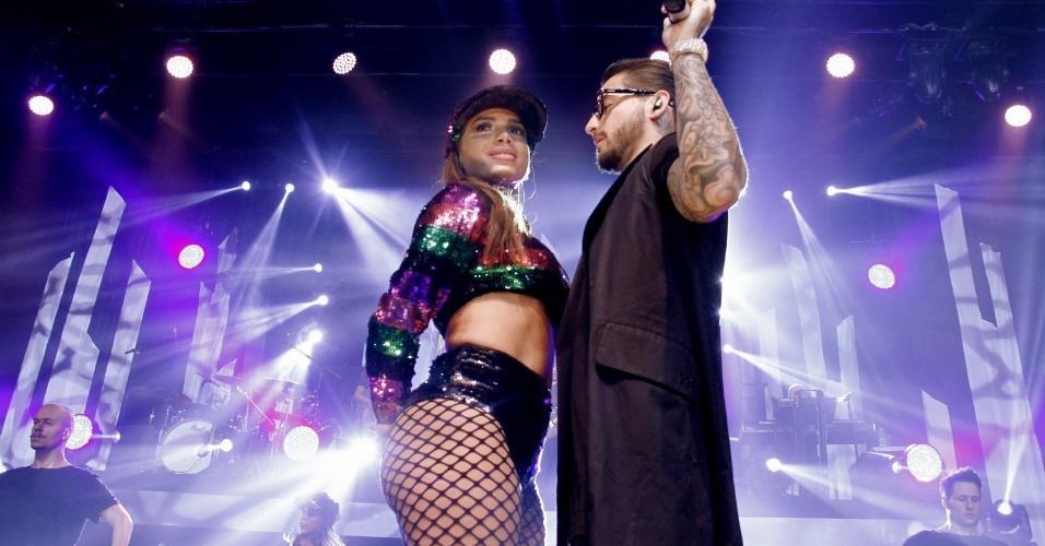"""Anitta e Maluma reprisam clima quente do clipe """"Sim ou Não"""" em show no Rio de Janeiro"""
