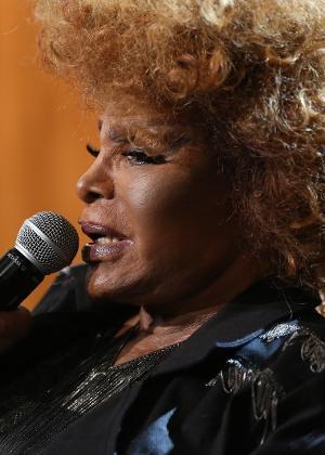 """""""Teve gente que chorava muito"""", relatou a cantora Elza Soares que estava no voo"""