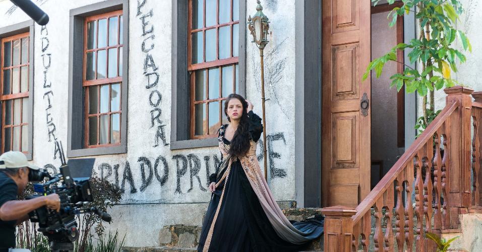 """Domitila (Agatha Moreira) se assusta com uma pedra que atravessa a vidraça e descobre que sua casa foi pichada em """"Novo Mundo"""""""