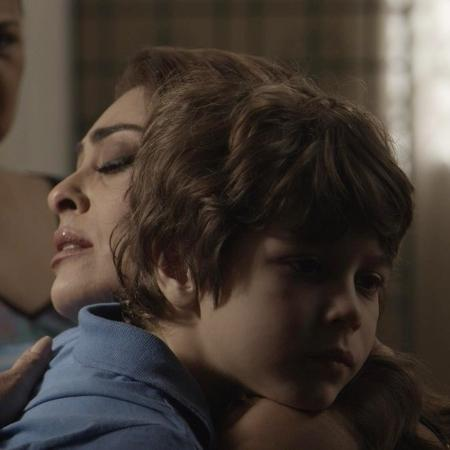 """Dedé fica triste por ninguém ter ido a seu aniversário e é consolado pela mãe, Bibi, em """"A Força do Querer"""" - Reprodução/TV Globo"""