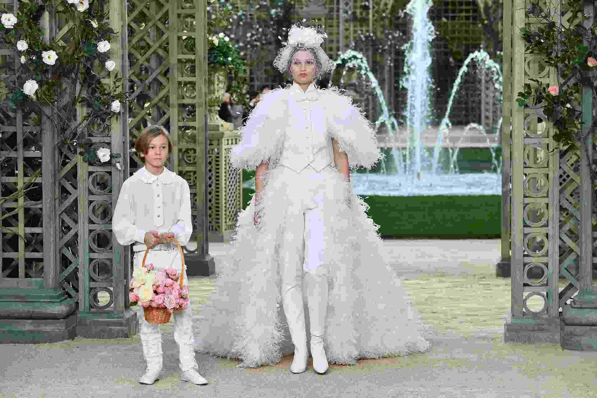 O terninho para noivas foi a aposta da Chanel - Getty Images