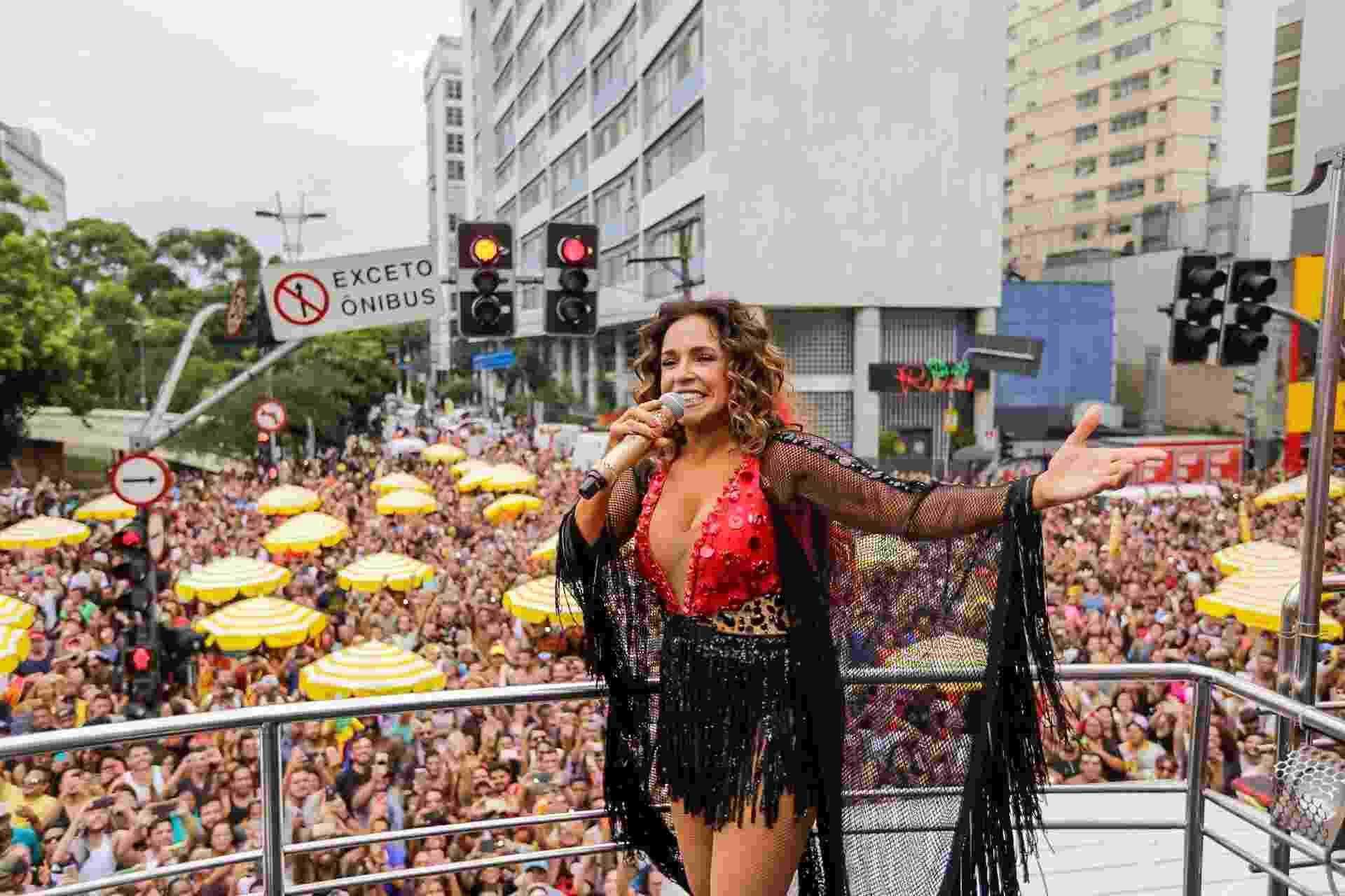 Cantora comanda trio elétrico pela rua da Consolação, na região central de São Paulo, na tarde deste domingo (18) - Marcelo Justo/UOL