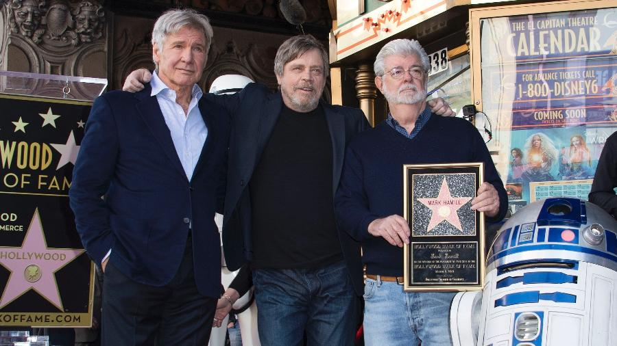 Harrison Ford, Mark Hamill, o cineasta George Lucas e o droide R2-D2 posam para foto em Los Angeles - Valerie Macon/AFP Photo
