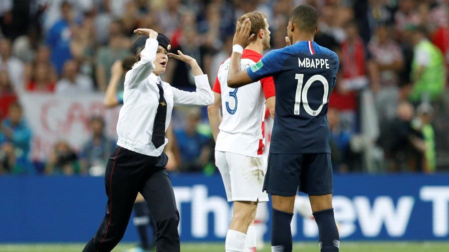 Integrante do Pussy Riot cumprimenta o jogador Kylian Mbappé, da França  - Darren Staples/Reuters