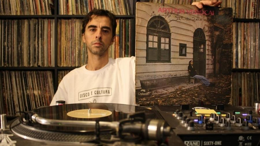 """DJ Nuts segura álbum """"Arthur Verocai"""", que virou """"moda"""" décadas após seu lançamento em 1972; """"Perceberam que, além de ser um discaço, ele era raro"""" - Vinícius Mendes/BBC Brasil"""