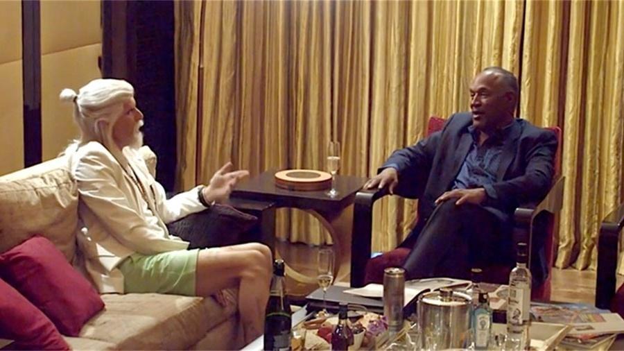Sacha Baron Cohen, fantasiado, entrevista O.J. Simpson  - Reprodução/Showtime