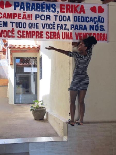 Erika Januza recebe homenagem ao voltar para casa - Reprodução/Instagram
