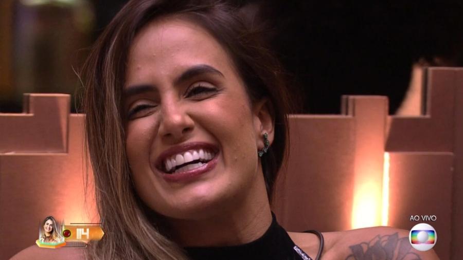 Carolina ouve Tiago Leifert comentar o resultado do sétimo paredão - Reprodução/TvGlobo