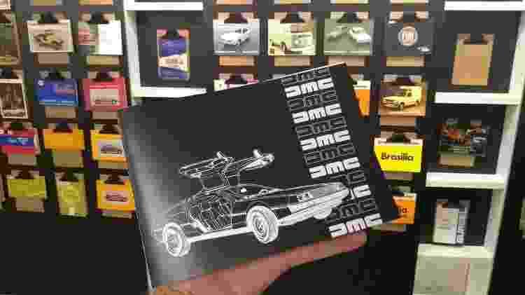Tem até manual do DeLorean na exposição do MIAU - Felipe Carvalho/UOL