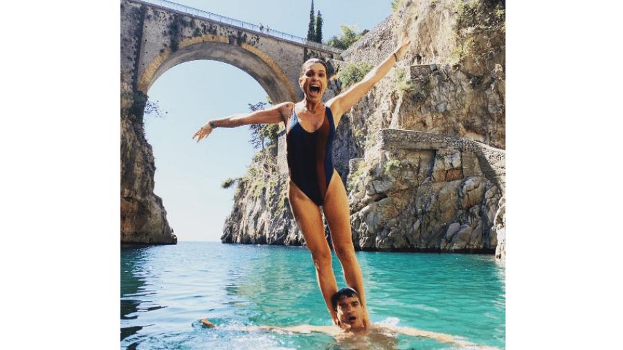 Flávia Alessandra nos ombros do irmão, Helio Costa - Reprodução/Instagram