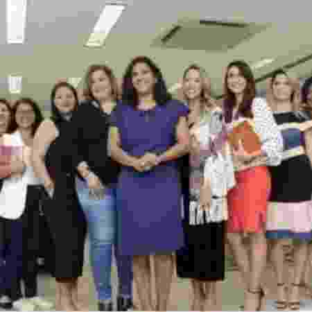 Líderes e pastoras com Jaqueline Moraes, no centro de vestido azul - Reprodução