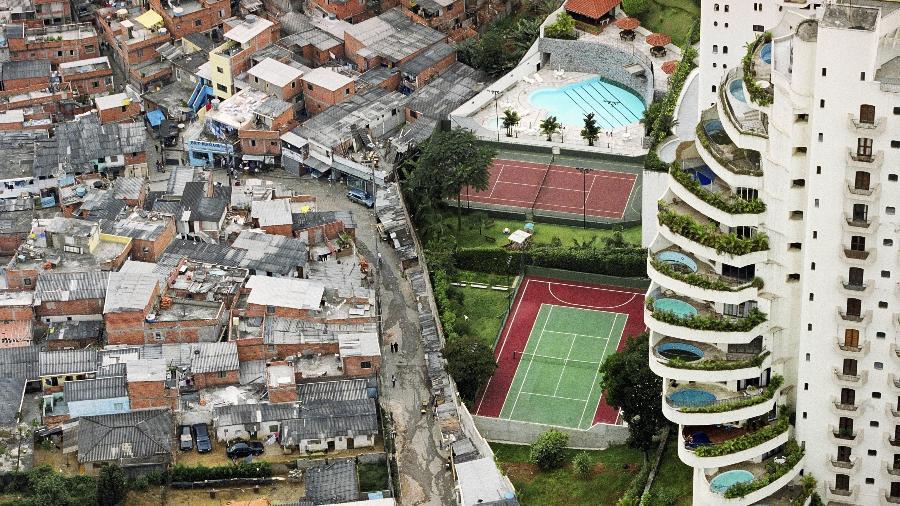 Prédio de apartamentos de luxo no bairro do Morumbi, em São Paulo, faz divisa com a favela de Paraisópolis - Tuca Vieira/Folhapress