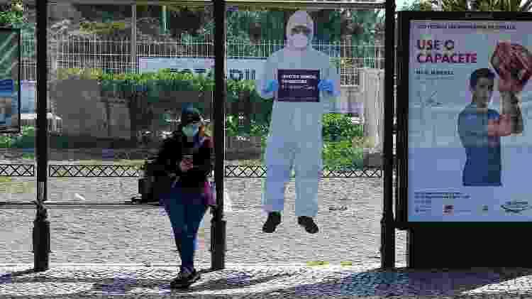 """Pôster em ponto de ônibus no município de Cascais anuncia: """"Juntos vamos conseguir"""" - NurPhoto/Getty Images - NurPhoto/Getty Images"""