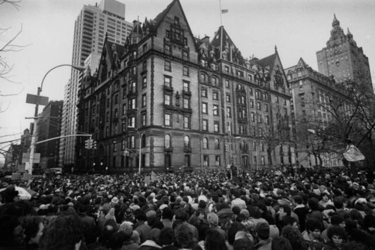 Fãs se reúnem do lado de fora do prédio onde John Lennon morou - GETTY IMAGES - GETTY IMAGES