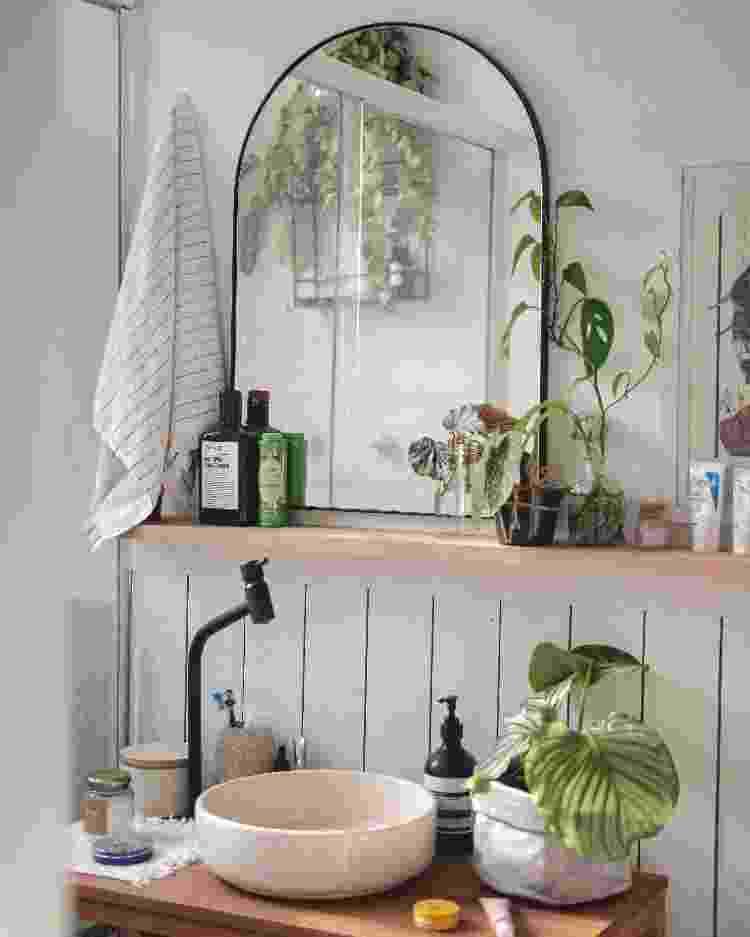 Revestimento de lambris, plantas e detalhes charmosos marcam o banheiro de Rebeca - Arquivo pessoal - Arquivo pessoal
