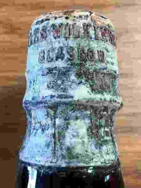 Muitas das garrafas encontradas a bordo do Wallachia permaneceram fechadas, apesar de terem passado mais de 100 anos submersas - STEVE HICKMAN - STEVE HICKMAN