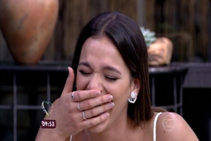 24.jun.2015 - Bruna Marquezine ri com a revelação da mãe de Maurício Destri, Lucrécia Alvez, no