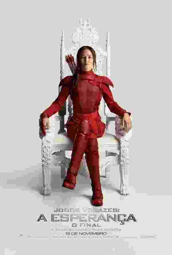 """Katniss Everdeen (Jennifer Lawrence) ganhou um novo uniforme, todo vermelho, no pôster que prenuncia a tomada da Capital pelos rebeldes (a personagem aparece sentada no trono do presidente Snow). A última parte da saga """"Jogos Vorazes"""", """"A Esperança - Parte 2"""", estreia em 19 de novembro - Divulgação"""