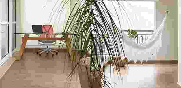 Nem tudo pode ser diversão, mas o trabalho pode ficar mais leve com uma mesa na varanda: o móvel escolhido é da Isto é Brasil, tem base de madeira maciça e tampo de vidro temperado (10 mm). Para acompanhar, uma cadeira giratória modelo Sayl, da Herman Miller. Dá até gosto de fazer hora extra, não? Ainda mais se logo ali ao lado houver uma rede para descansar. - Adriana Barbosa/ Divulgação - Adriana Barbosa/ Divulgação