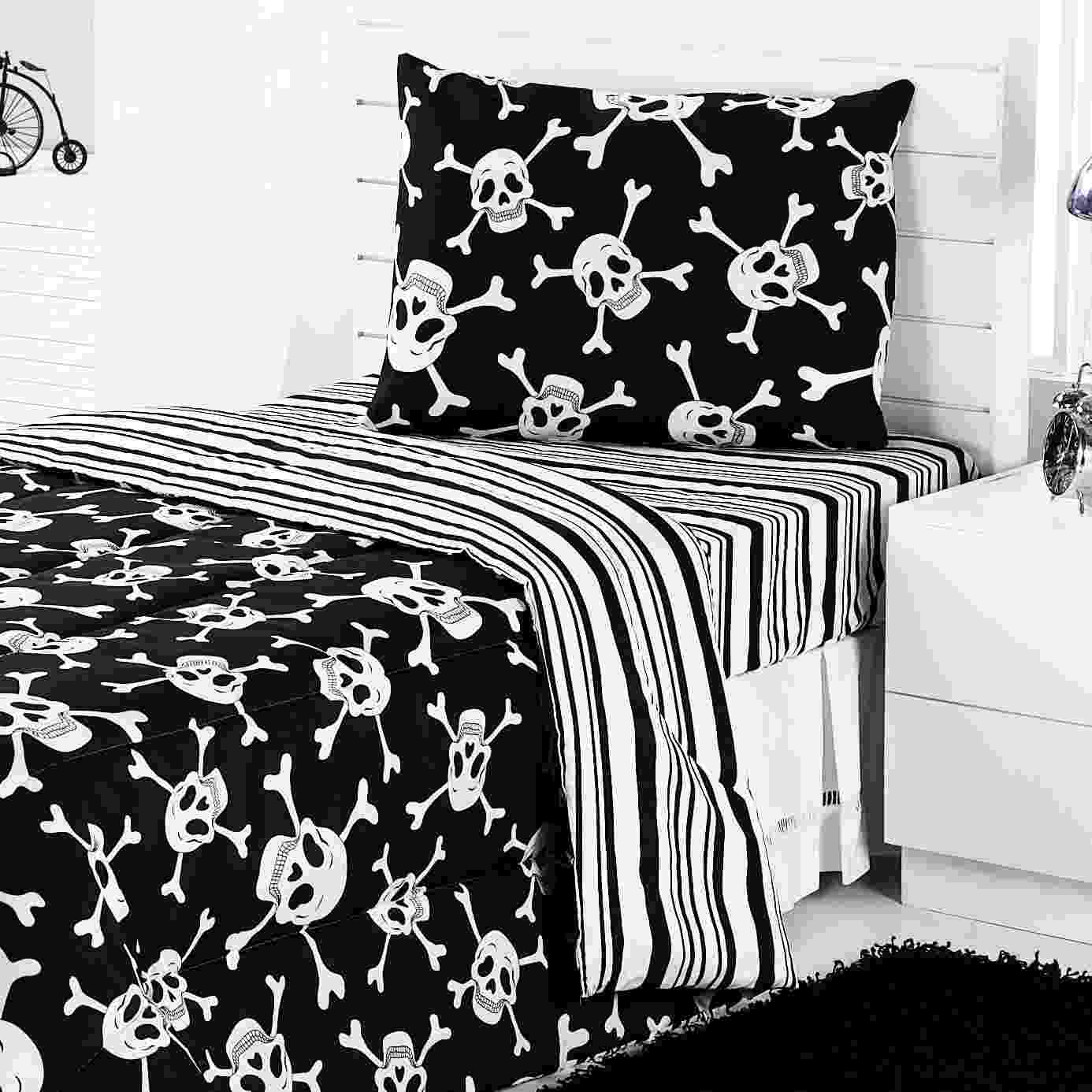 Jogo de cama de solteiro Caveira Preto e Branco, de microfibra, composto por lençol de elástico e uma fronha, à venda na Mobly (www.mobly.com.br). A medida do lençol é 130 cm x 230 cm. R$ 35,99. Preço pesquisado em agosto de 2015 e sujeito a alterações - Divulgação