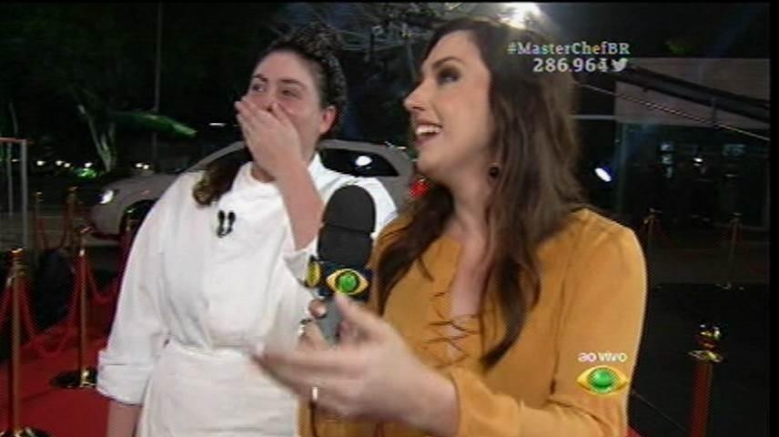 15.set.2015 - Izabel chega emocionada ao estúdio do MasterChef para a grande final