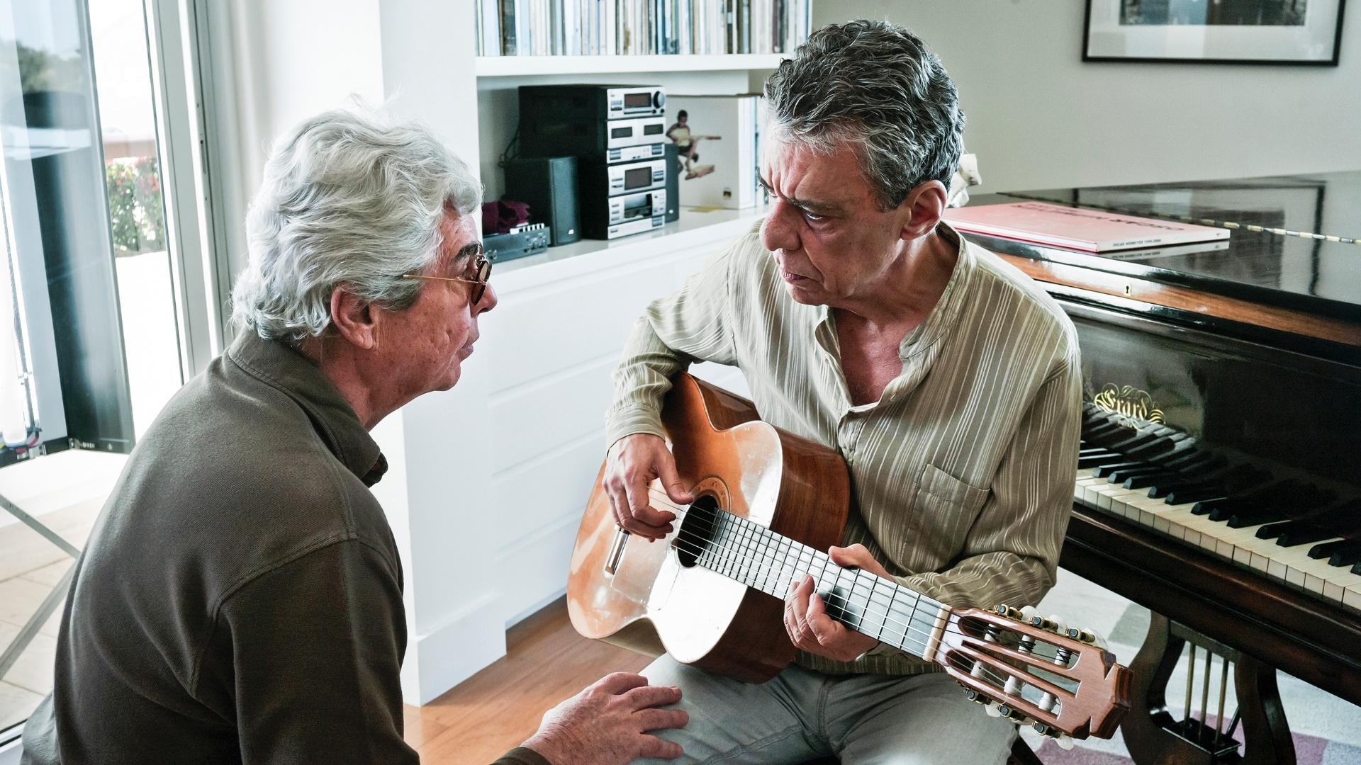 O diretor Miguel Faria Jr. conversa com Chico Buarque durante as filmagens de