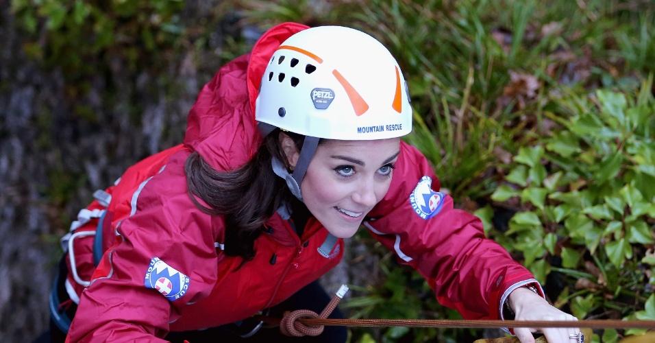 20.nov.2015 - Kate Middleton pratica rapel durante visita do casal real britânico a instituições de caridade da região norte do Reino Unido