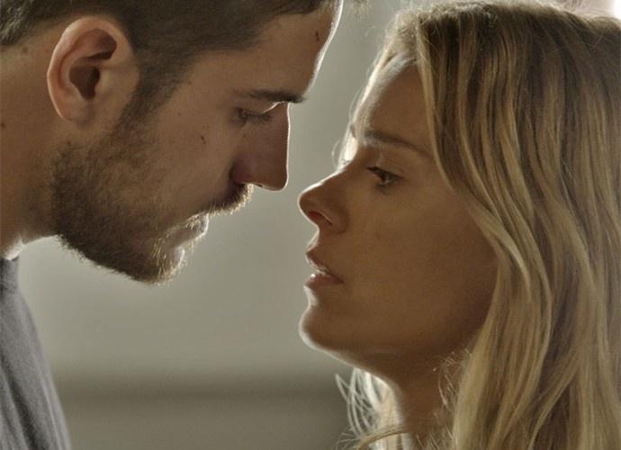 Dante consola Lara após ela brigar com Orlando e os dois têm uma noite quente