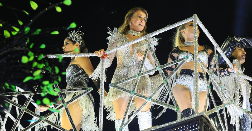 9.fev.2016 - Zilu, ex-mulher de Zezé, participa do desfile da Imperatriz, dedicado à dupla sertaneja formada pelo cantor e seu irmão Luciano