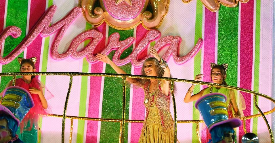 """9.fev.2016 - A grande homenageada da Mangueira, Maria Bethânia veio no último carro do desfile acompanhada de suas duas afilhadas, Julia e Nina. O carro """"A Magia do Circo"""" tem um grande significado para a artista, já que foi no circo que ela viu alguém no palco pela primeira vez."""