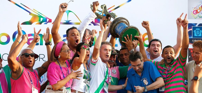 10.fev.2016 - Representantes da Mangueira recebem troféu de 2016. A Mangueira, que apostou em um carnavalesco estreante -- Leandro Vieira -- não levava um título desde 2002 - Marcelo de Jesus/UOL