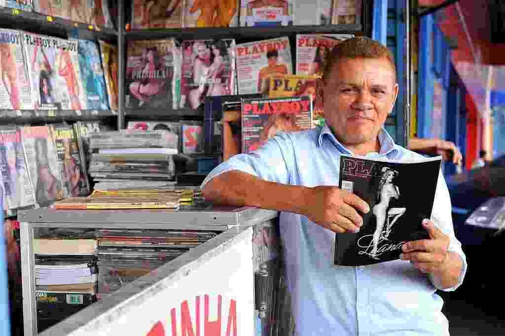 """Raimundo Stenio Silva Sampaio, o Guerrinha, maior colecionador da revista """"Playboy"""" do Brasil, posa com a nova edição - Reinaldo Canato/UOL"""