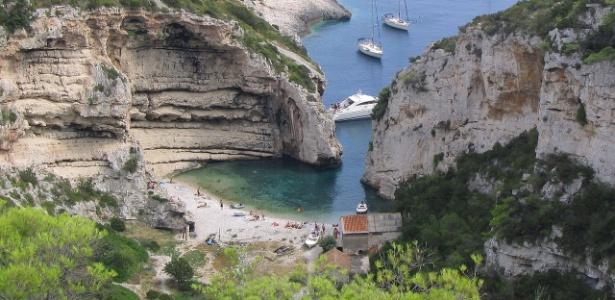 A praia de Stiniva oferece condições perfeitas para um banho de mar - Ante Perkovic/Creative Commons