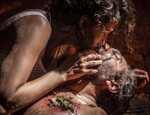 """Em """"Velho Chico"""", Tereza beija Santo ao encontrá-lo entre a vida e a morte - Reprodução/Gshow"""