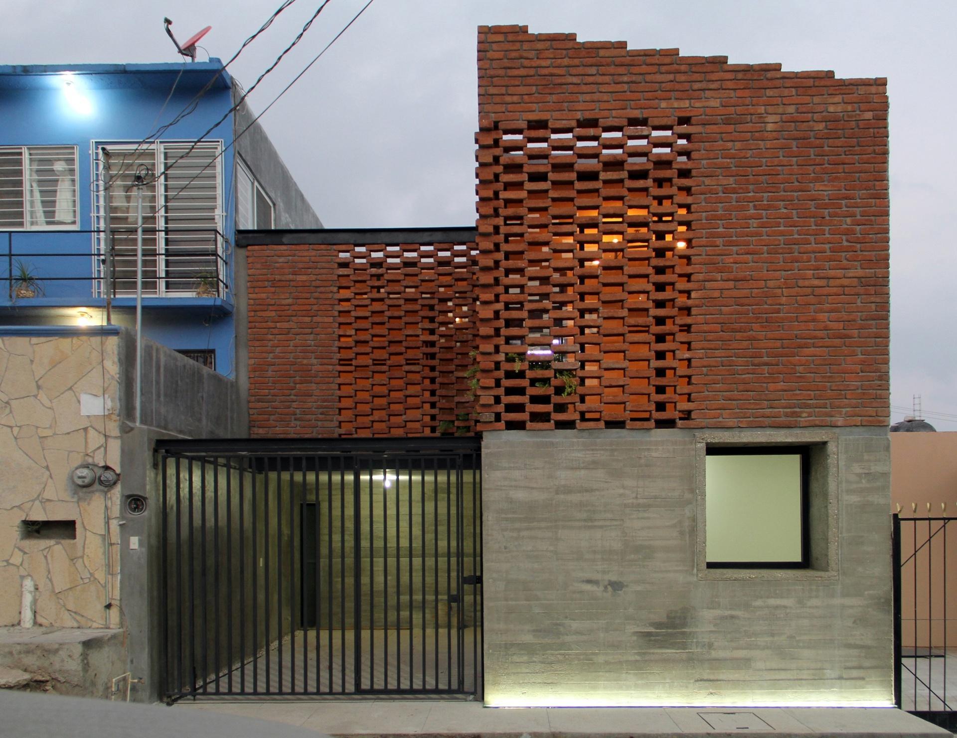 Casa com 143 m² tem soluções inteligentes para driblar baixo  #30719B 1920 1482