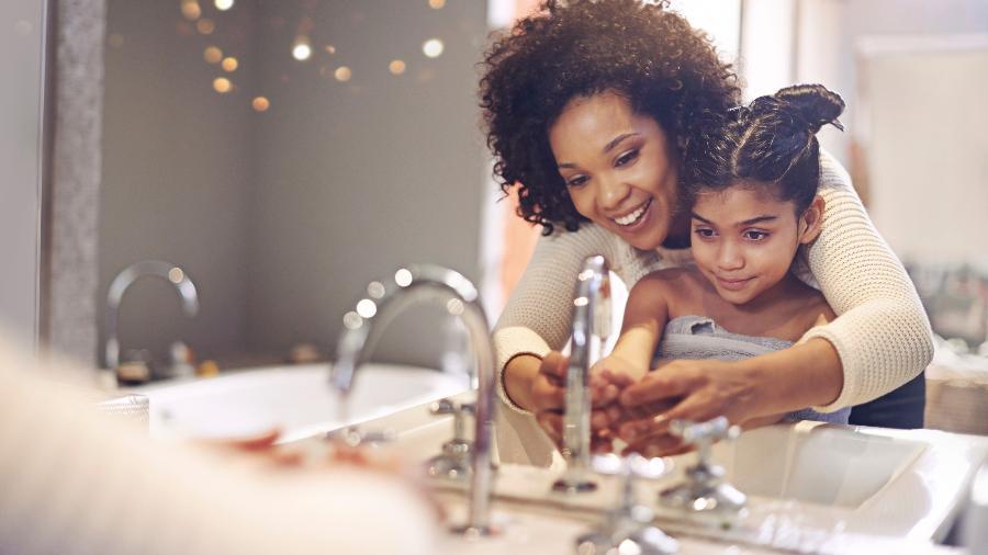 Lavar as mãos com frequência e não dividir objetos de uso pessoal são formas de prevenir a doença - Getty Images
